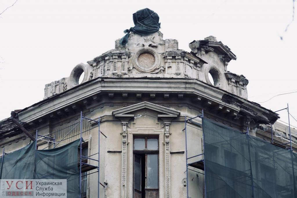Рабочие сбивали лепнину железным ломом с исторического здания в центре Одессы, «потому что не прошли инструктаж» «фото»