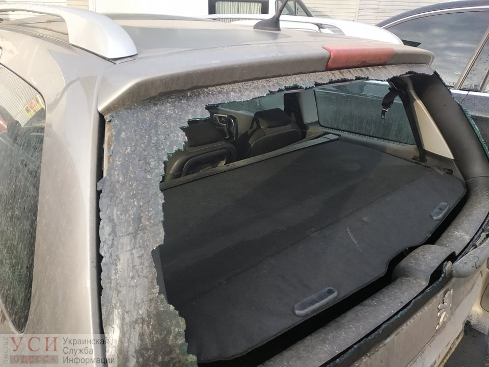 Одесскому активисту, который борется с незаконной застройкой в городе, разбили стекло в автомобиле «фото»