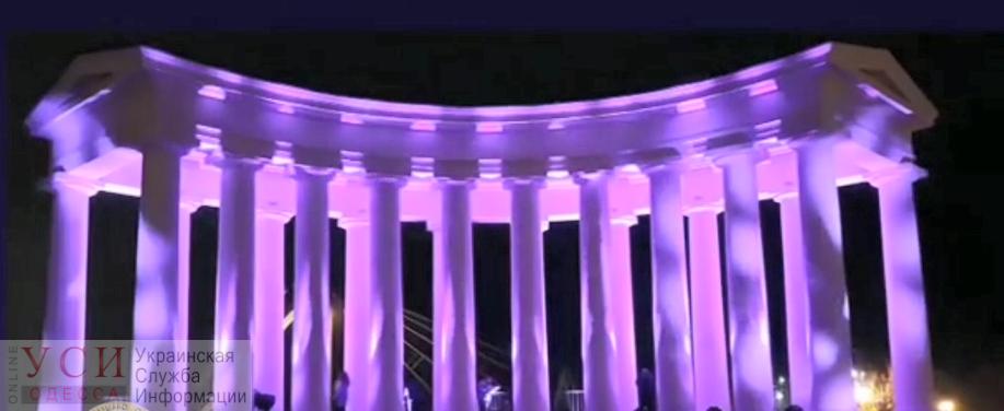 Воронцовскую колоннаду подсветили фиолетовым в День недоношенных детей (видео) «фото»