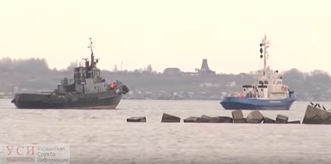 Захваченные украинские корабли прошли под Крымским мостом – их передадут Украине в нейтральных водах (видео) «фото»