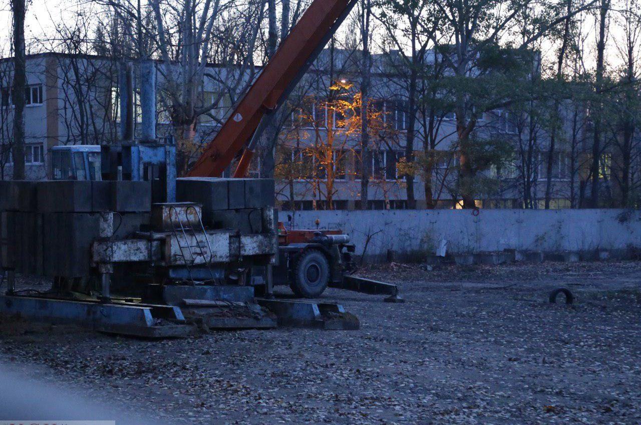 Несмотря на протесты жителей Таирова, строительство высотки на территории бывшего детского сада продолжается (фото, видео) «фото»