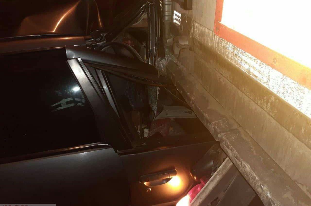 Смертельное ДТП на трассе Одесса-Киев: легковушка врезалась в фуру (видео) «фото»