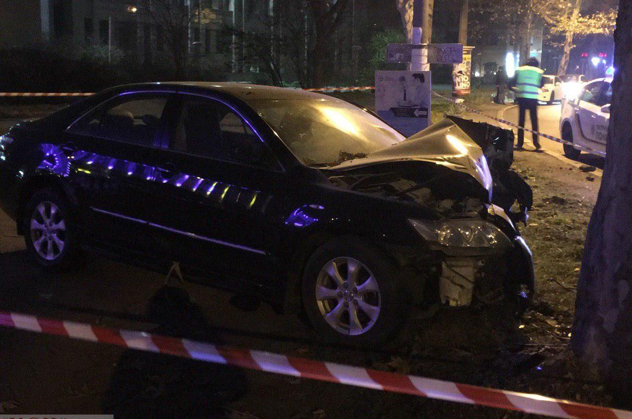 На проспекте Шевченко Toyota залетела на тротуар и врезалась в дерево «фото»