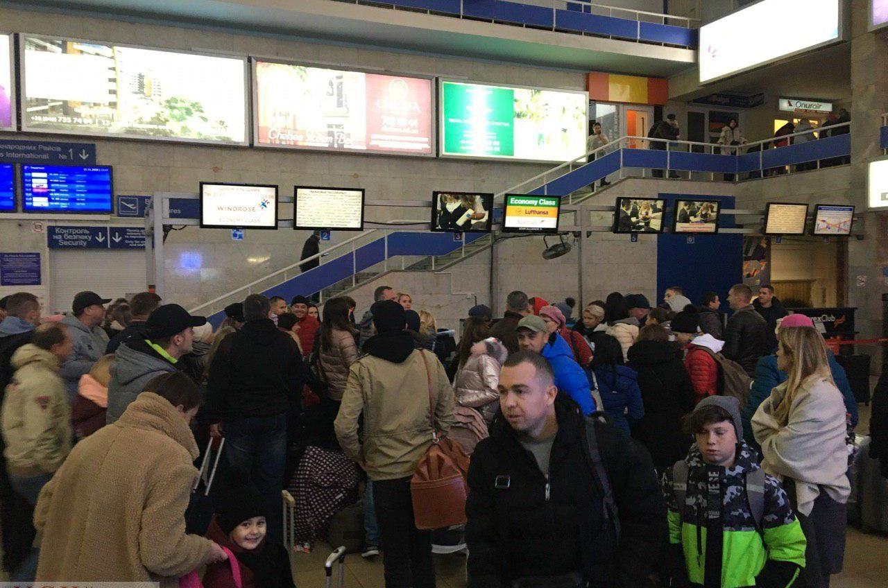 Переполох в Одесском аэропорту: после аварии пассажиров переправляют в Киев или просят «пить чай и ждать» (фото) «фото»