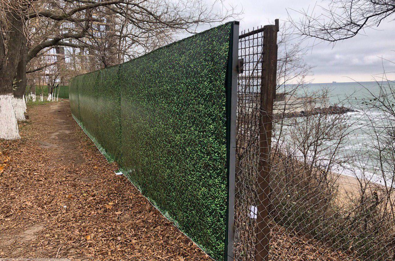 Строительный беспредел: на Трассе здоровья снова установили и укрепили забор, который сносили одесситы и активисты (фото) «фото»