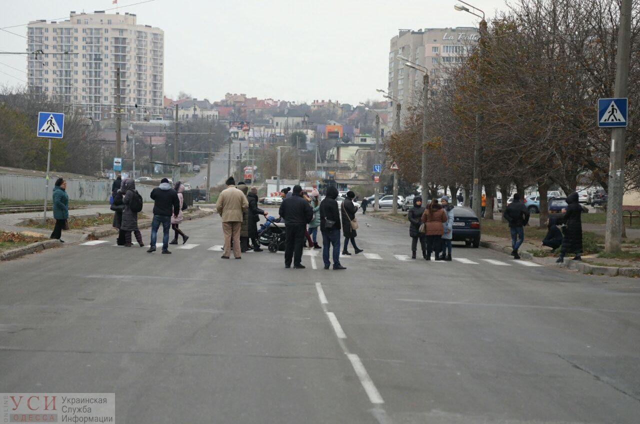 Одесситы перекрыли Люстдорфскую: на жильцов дома «навешивают» несуществующие долги и не включают отопление (фото) «фото»