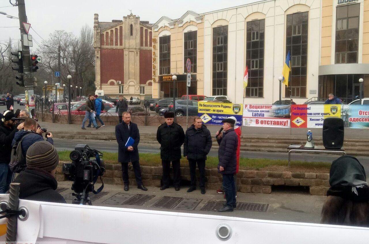 «Чемодан, вокзал, Латвия!»: одесские портовики объявили забастовку (фото) «фото»
