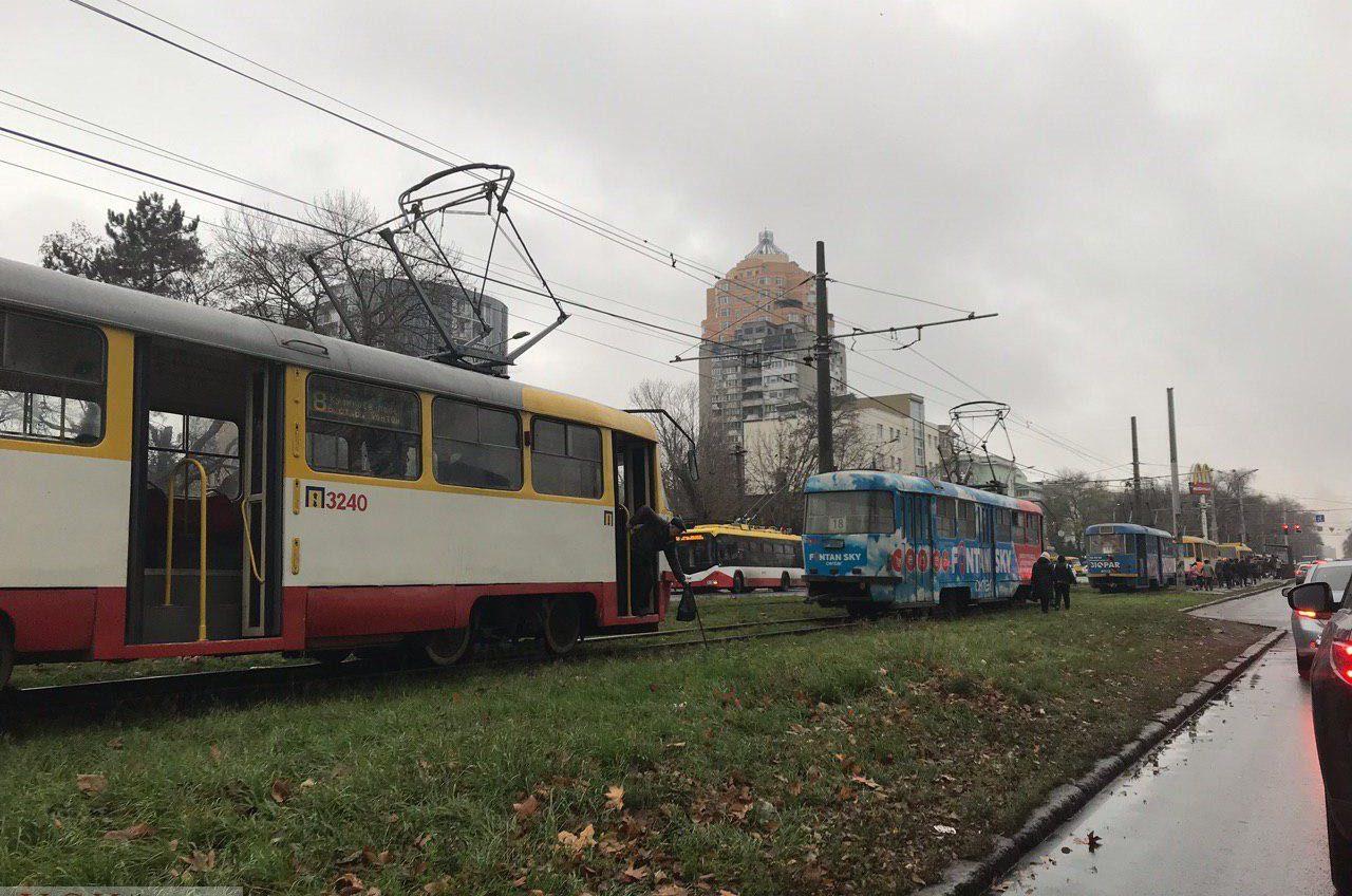 Авария на 5-й Фонтана парализовала движение трамваев в обе стороны «фото»