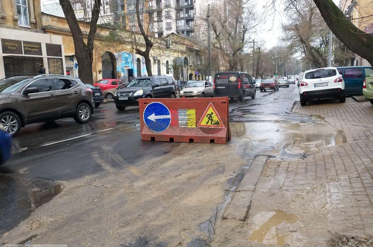 В центре Одессы снова прорвало водопровод: так старые трубы реагируют на перемены погоды (фото, видео) «фото»