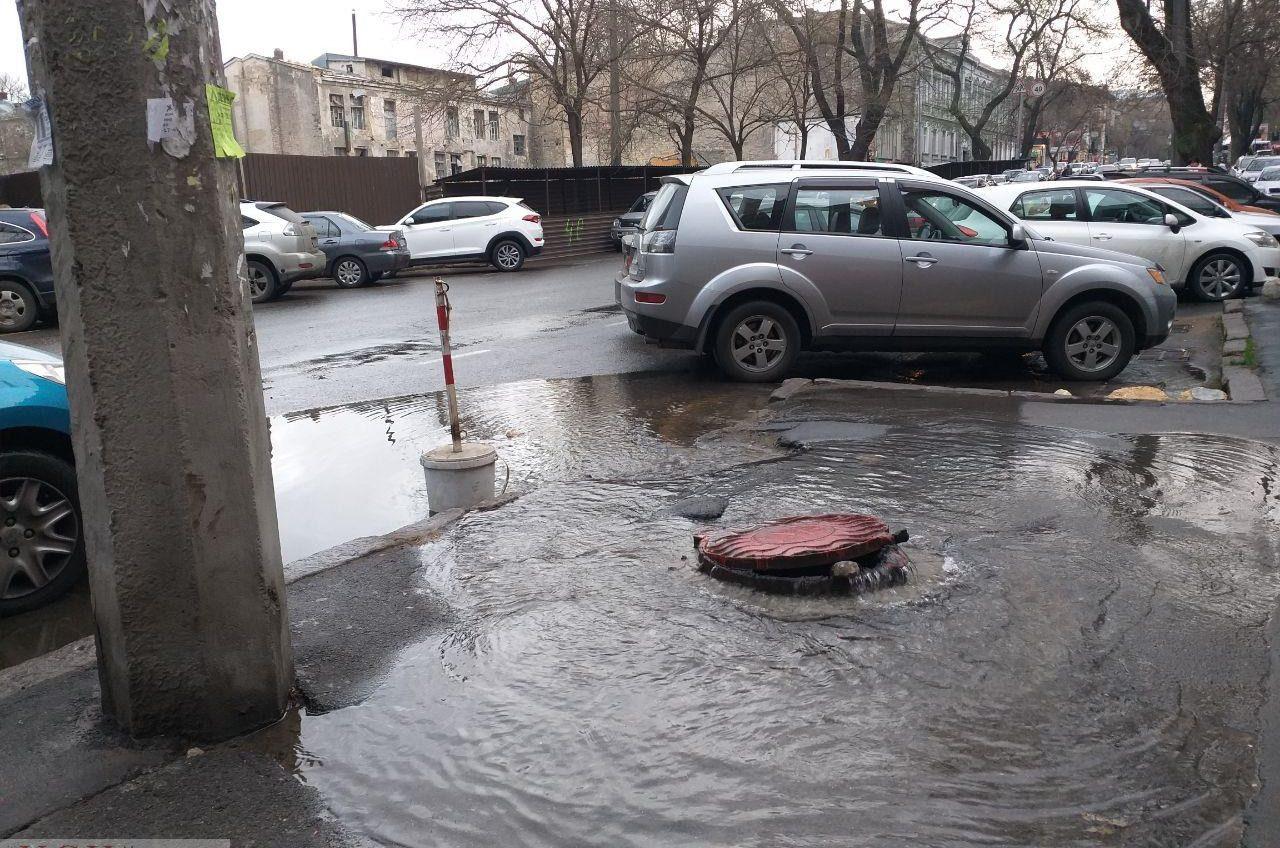 На Успенской из люка бьет поток воды (фото, видео) «фото»