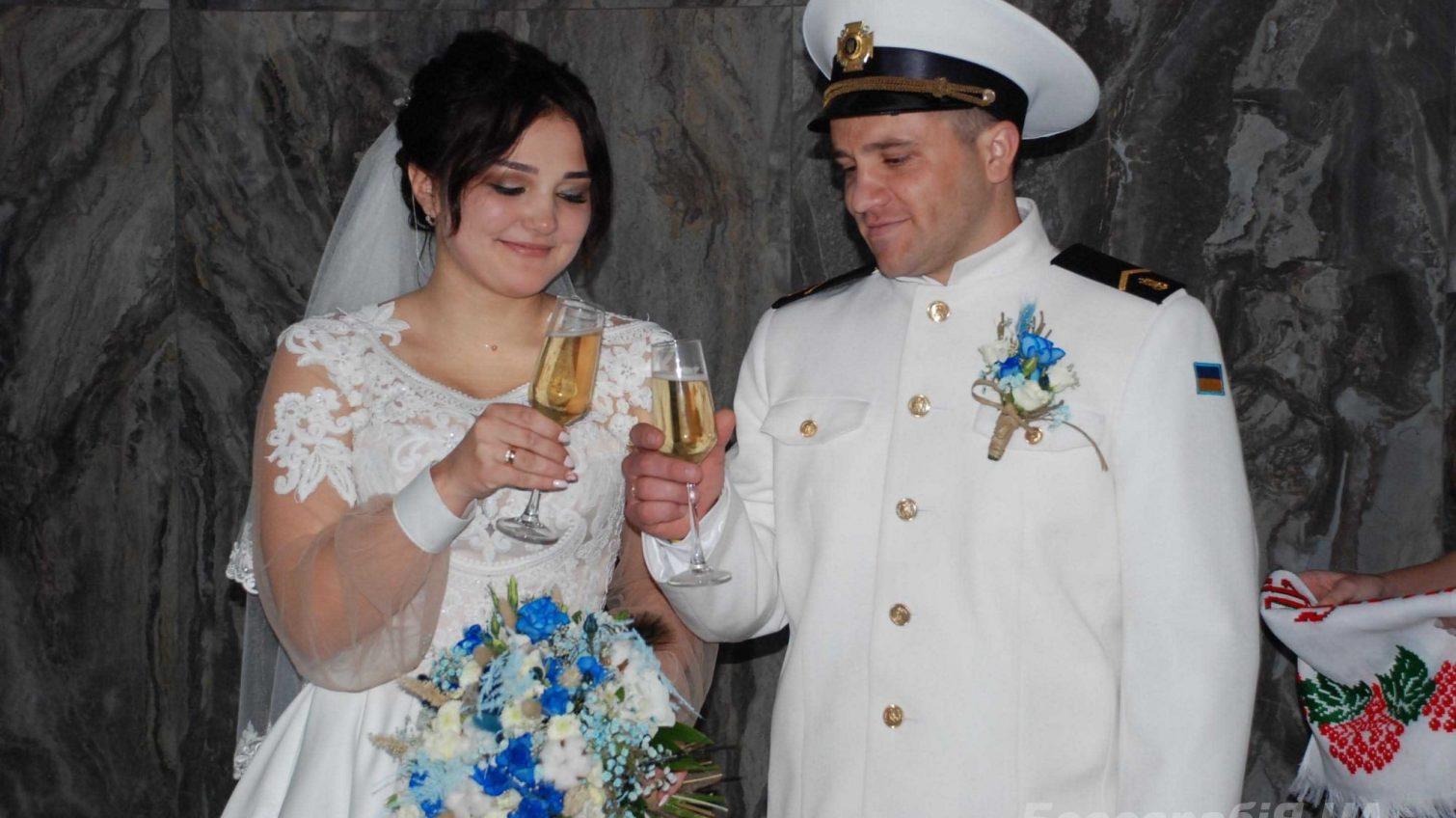 Мирная жизнь: освобожденный из плена украинский моряк женился на своей девушке (фото) «фото»