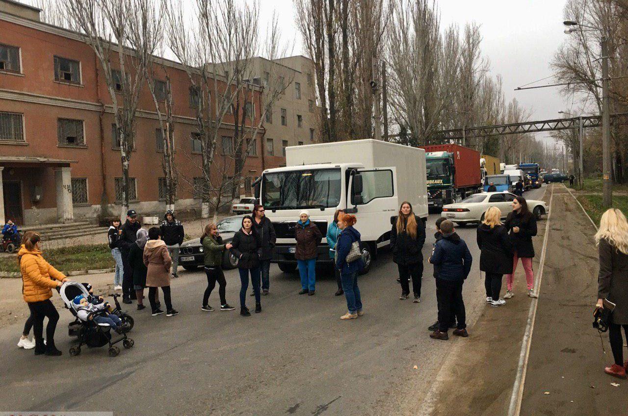 Одесситы перекрывают улицу на Слободке: требуют решить проблему грунтовых вод (фото, видео) «фото»