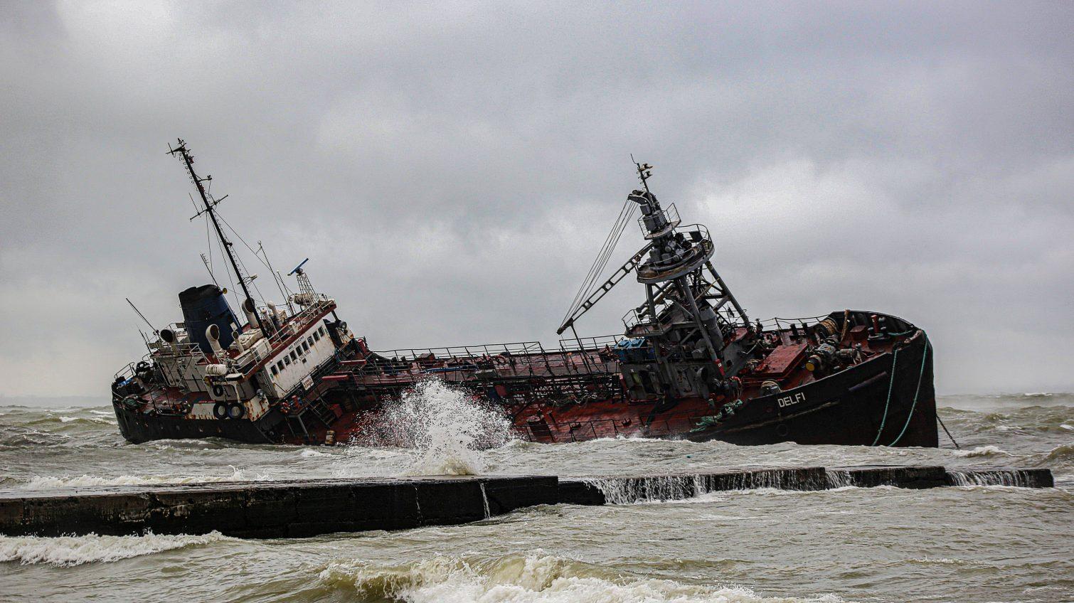 Танкер «Delfi» начал тонуть, а вокруг него разлито большое количество нефтепродуктов (прямая трансляция) «фото»
