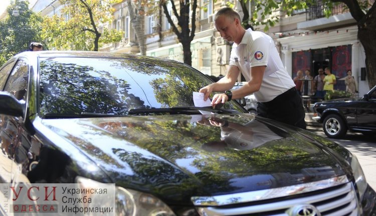 Одесских инспекторов по парковке оденут в форму и оборудуют боди-камерами «фото»