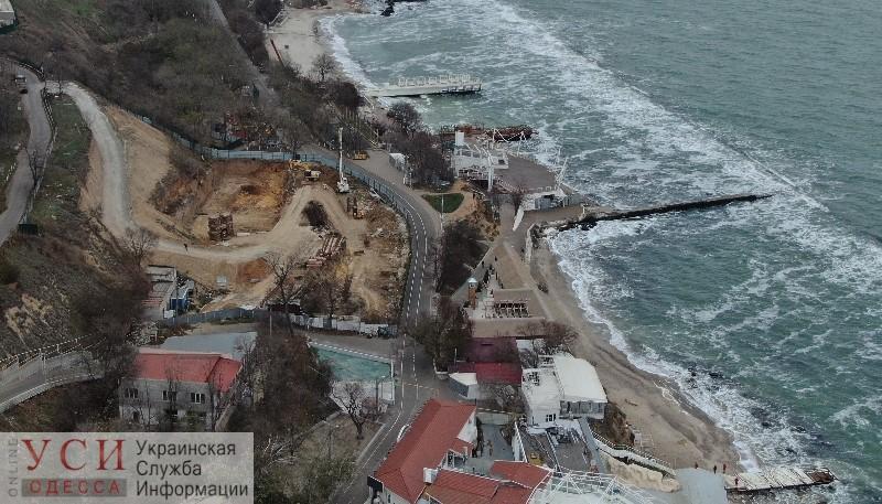 Строительный забор на Трассе Здоровья опять снесли (видео) «фото»