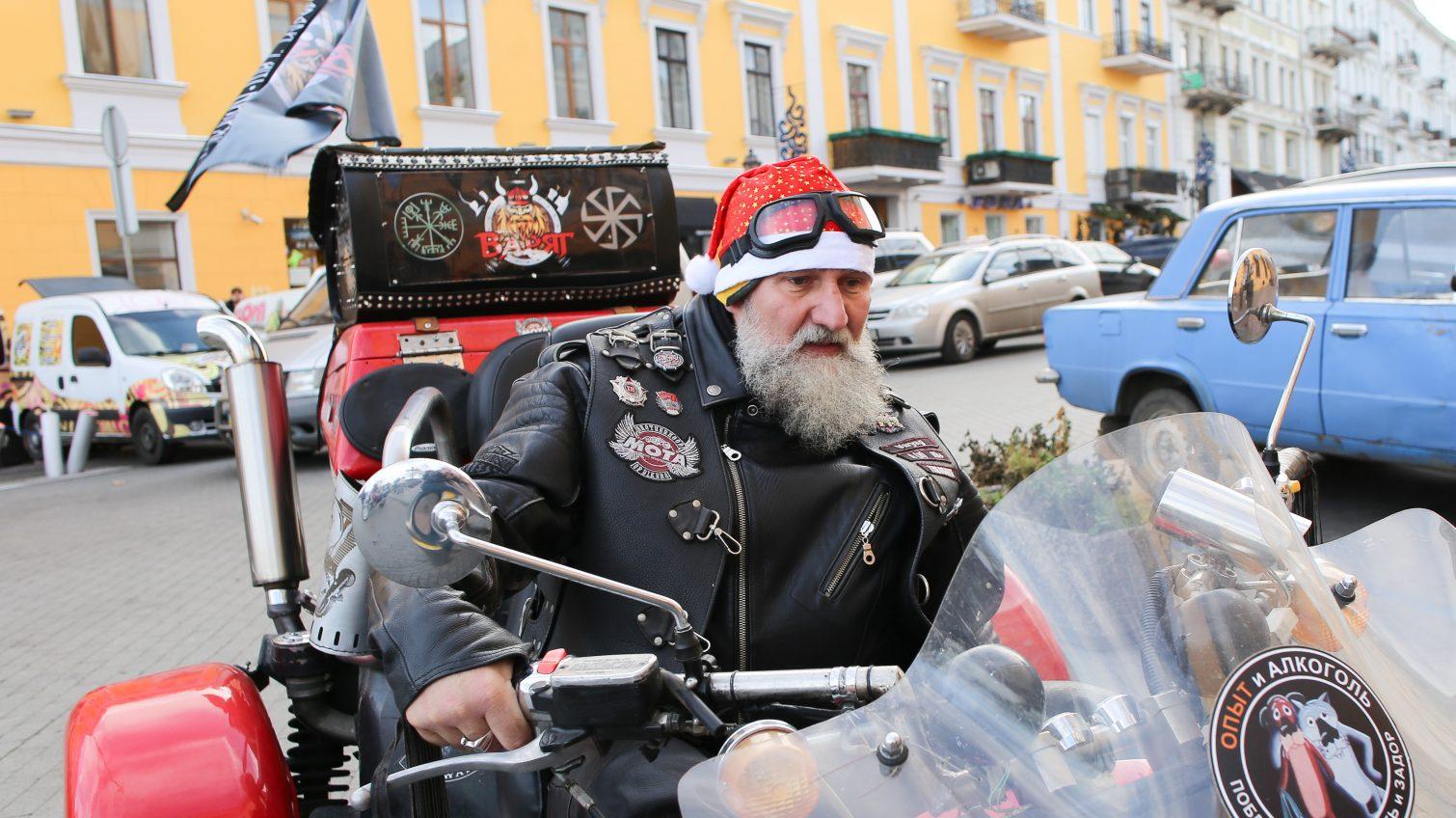 Около сотни Дедов Морозов проехались на своем двухколесном транспорте по Одессе (фото) «фото»