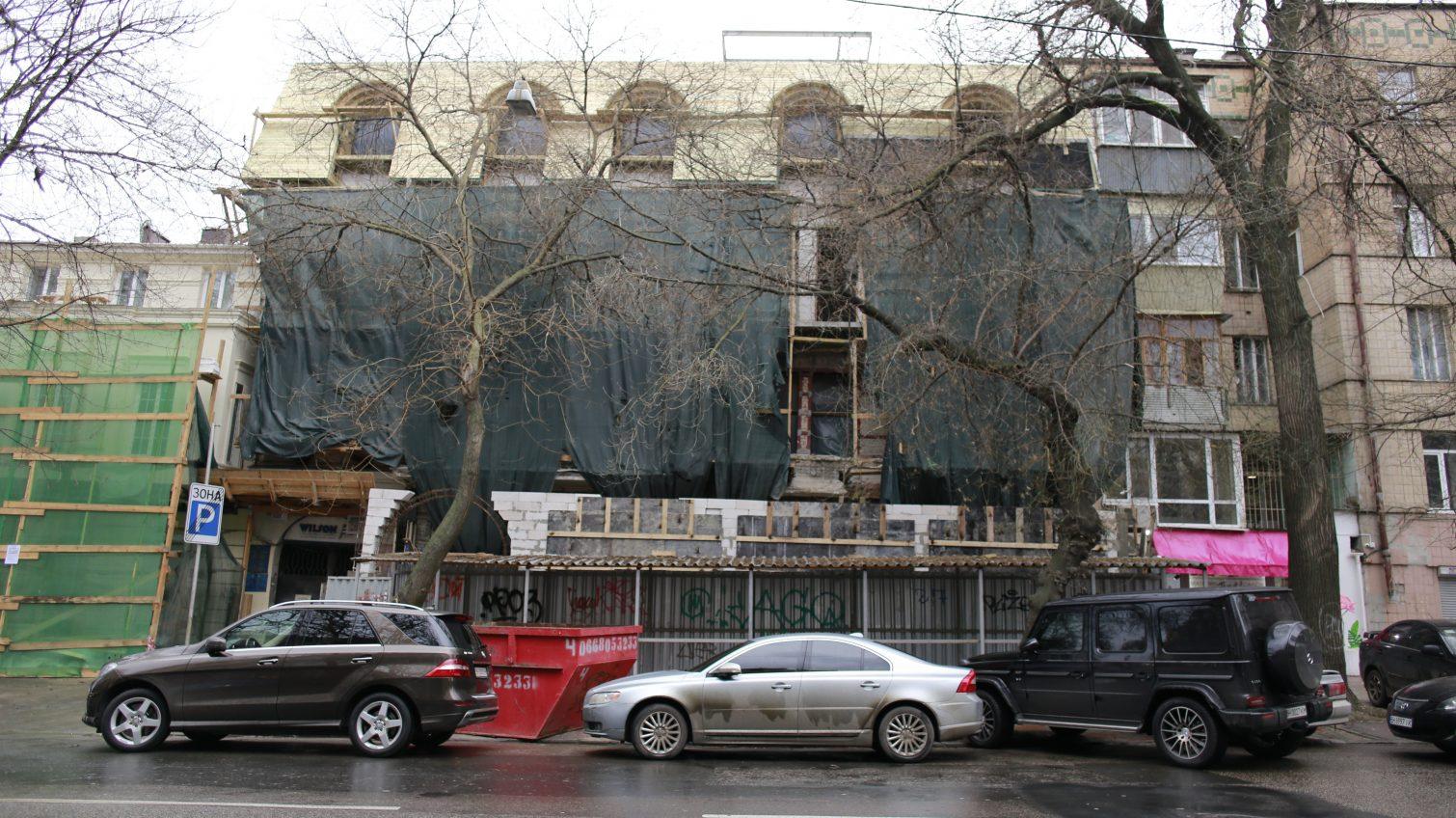 В историческом центре Одессы на фасаде памятника архитектуры вовсю возводят пристройку без необходимых документов (фото) «фото»