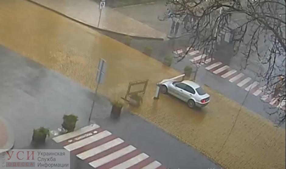 Забыл поставить на «ручник»: автомобиль протаранил шлагбаум «муниципалов» у одесской мэрии (видео) «фото»