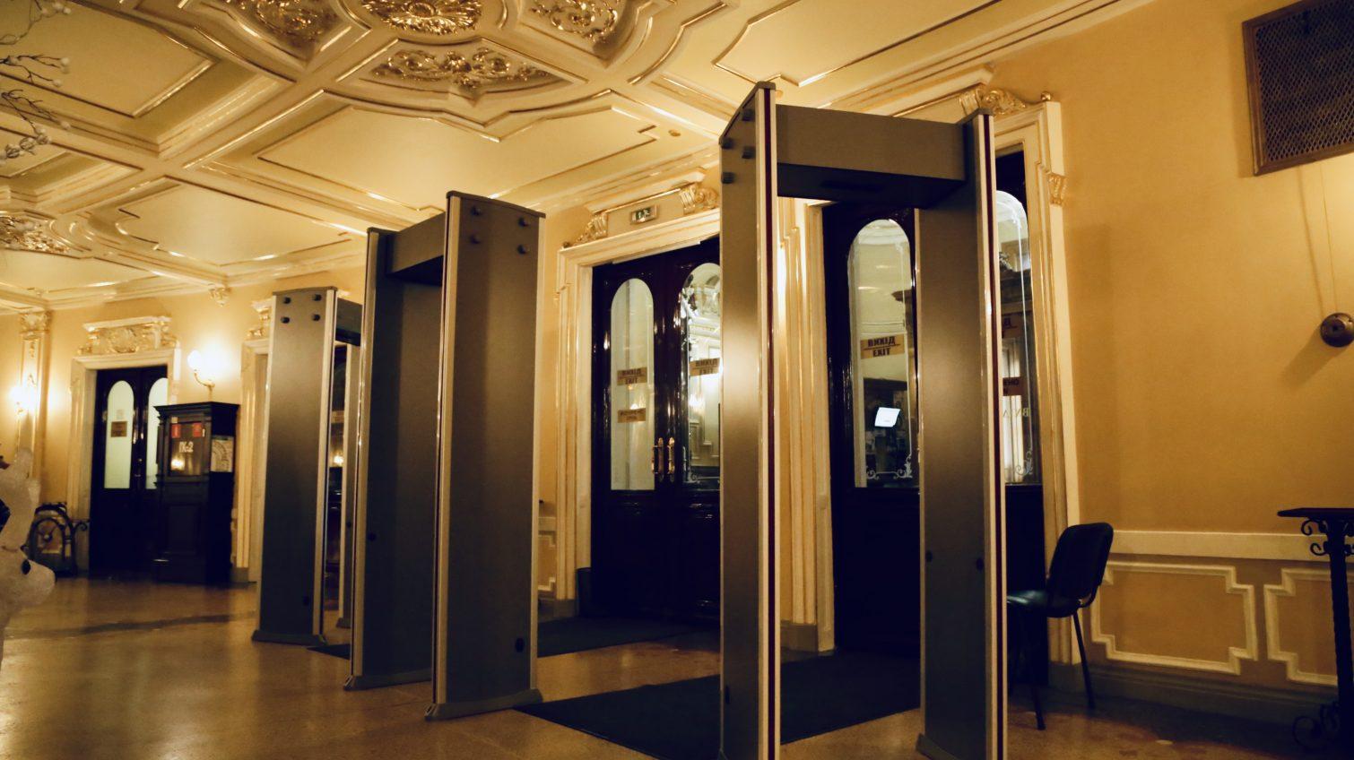 Первый в Украине: в одесском Оперном театре установили арочные металлодетекторы (фото) «фото»
