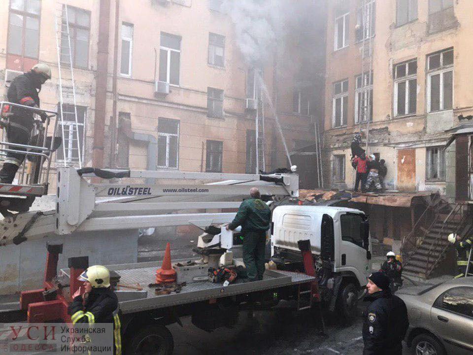 Герои среди нас: одесский оператор автовышки спас нескольких людей на Троицкой, заехав во двор горящего здания (фото) «фото»