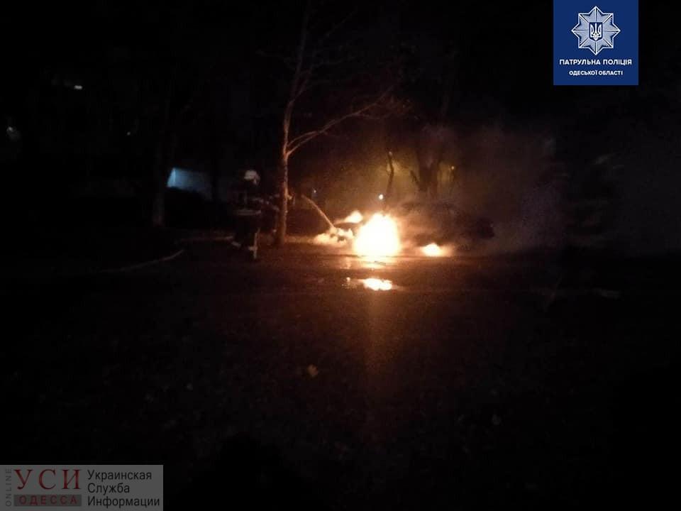 Ночью на Таирова двое мужчин подожгли иномарку: машина вспыхнула, как факел (фото, видео) «фото»