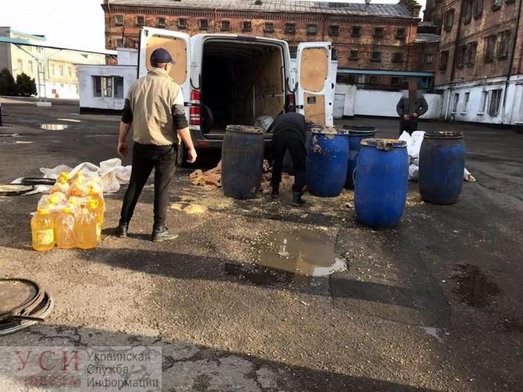 Из Одесского СИЗО в мусорных баках пытались вывезти 35 бутылей масла (фото) «фото»