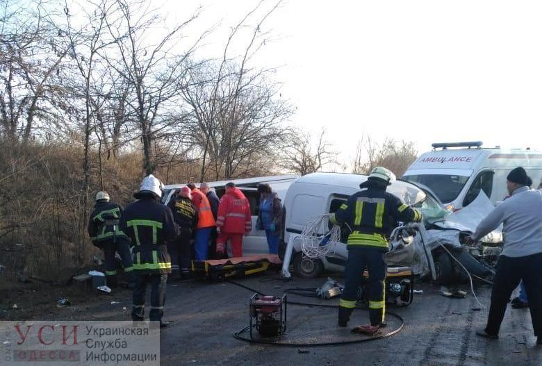 Под Одессой легковой фургон с детьми выехал на встречку и влетел в авто: есть погибшая (фото) «фото»
