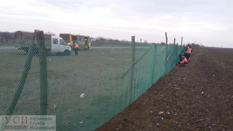 Вдоль трасс в Одесской области ставят заборчики от снежных заносов (фото) «фото»