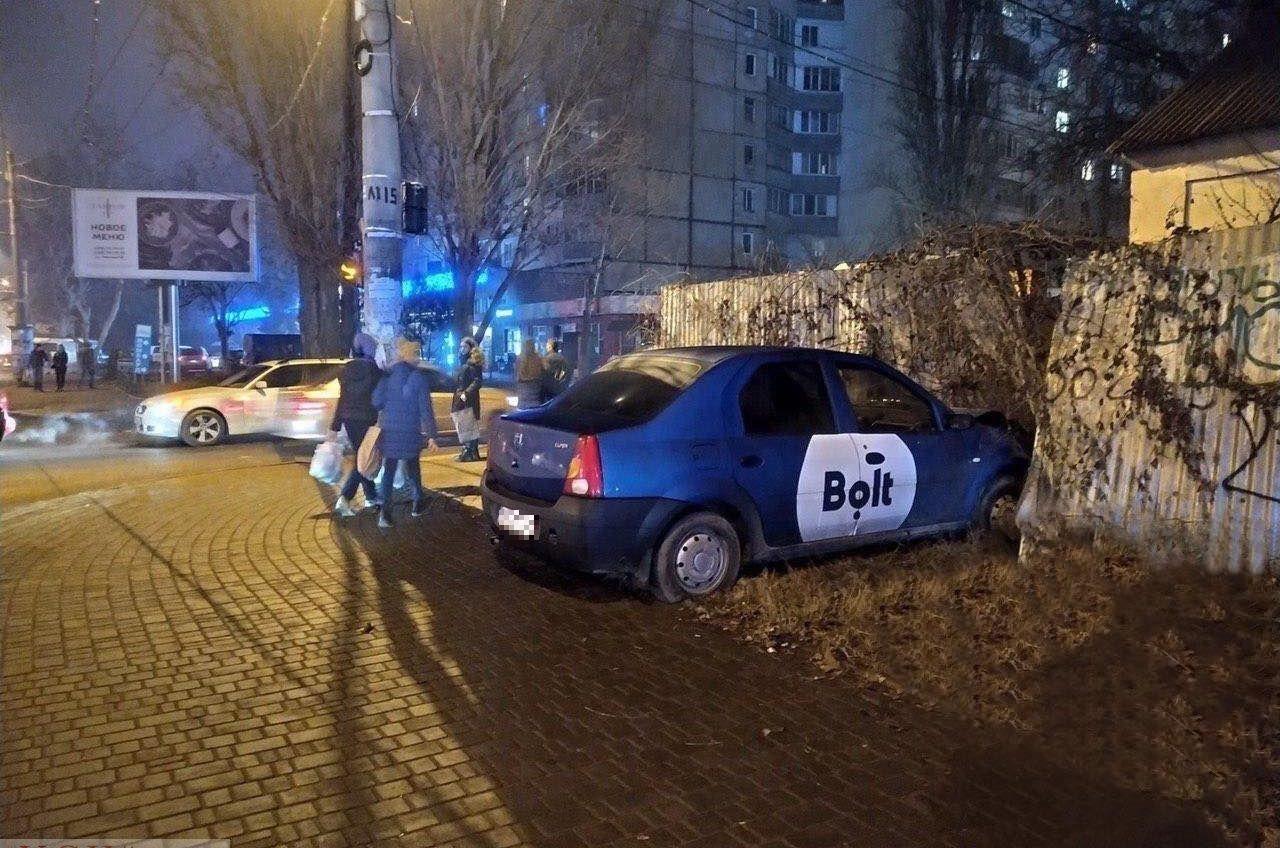 Автомобиль такси проломил забор частного дома на Таирова «фото»