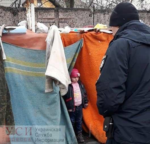 Жила на свалке в шалаше из одеял: в Одессе спасли маленькую девочку, которую отец оставил одну на пустыре (фото) «фото»