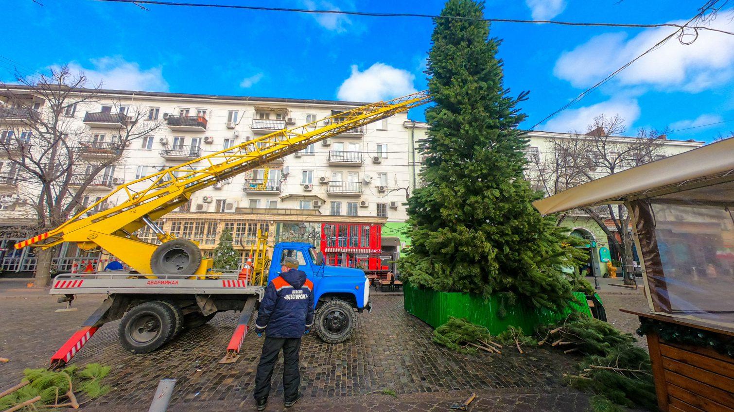 На Дерибасовской устанавливают елку, а на Приморском бульваре готовятся к ярмарке (фоторепортаж, таймлапс) «фото»