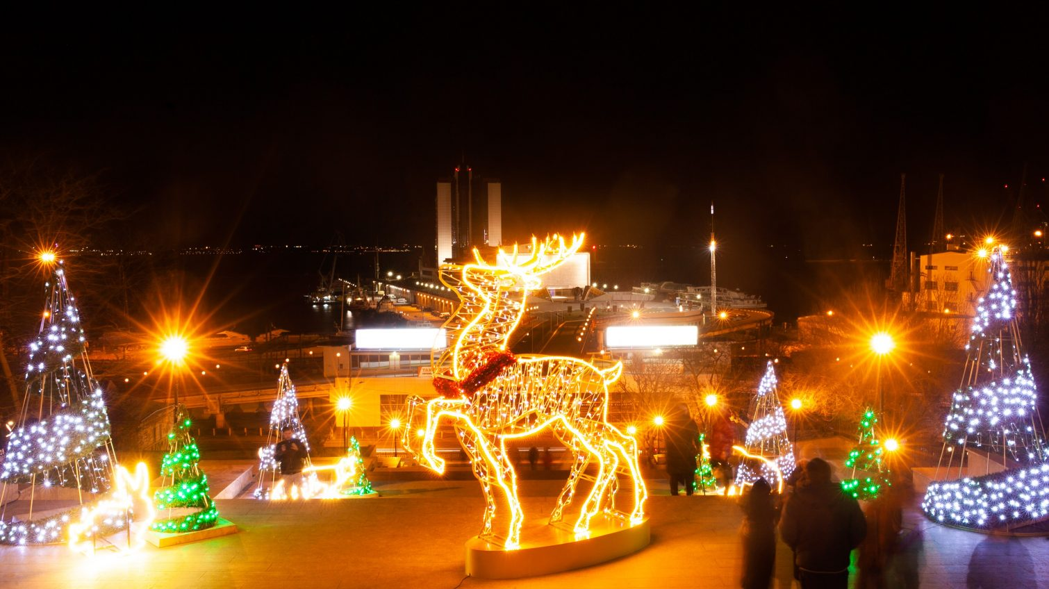 Огромные скульптуры и инсталляции: Одессу украсили к Новому году (фото) «фото»