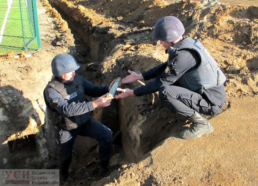 Под Одессой уничтожили три сотни найденных на школьном стадионе снарядов (фото) «фото»