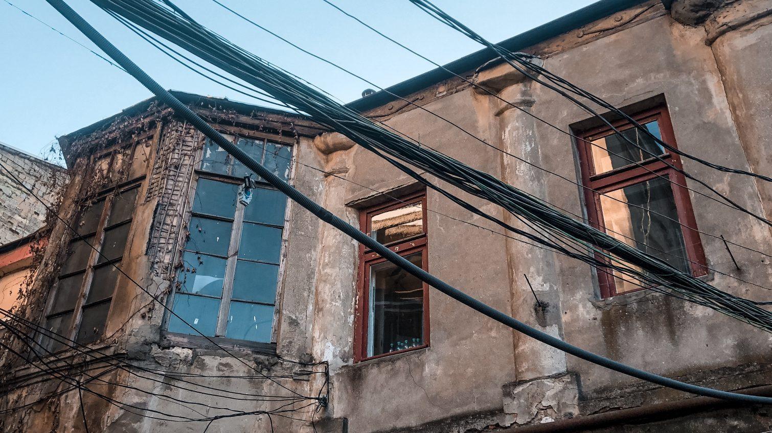 Клубки и кольца: как провода стали частью экстерьера Одессы (фоторепортаж) «фото»