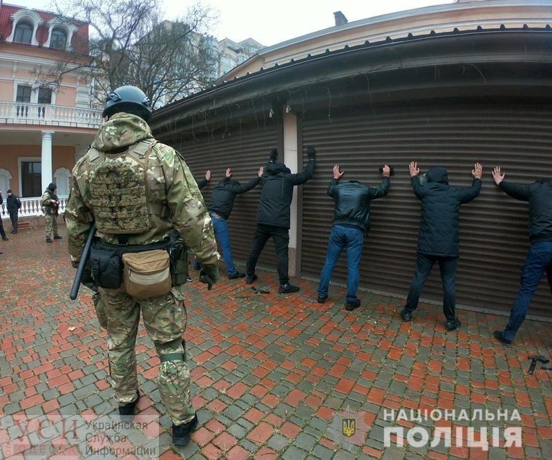Охранять от охранников: в Одессе полиция разнимала сцепившихся между собой бойцов частных охранных фирм (видео) «фото»