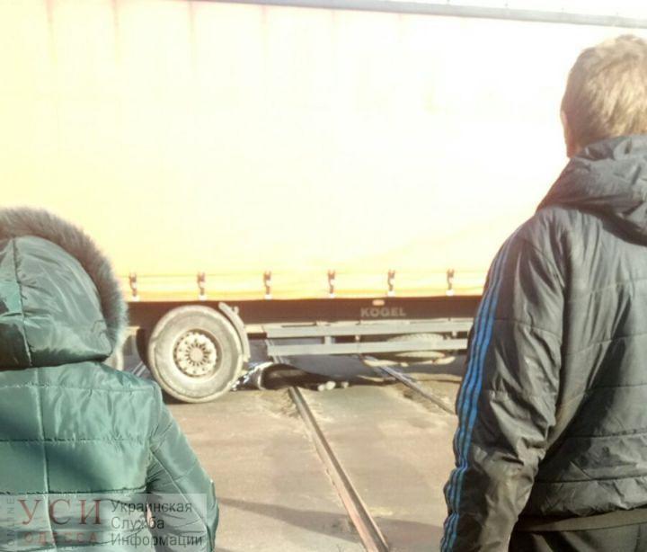 В Одессе грузовик на трамвайных путях сбил двух пешеходов (фото) «фото»