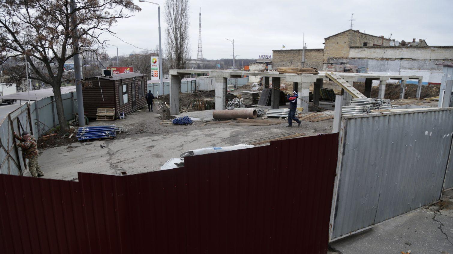 В Одессе во время строительства «Макдональдса» повредили часть стены соседнего дома (фото) «фото»