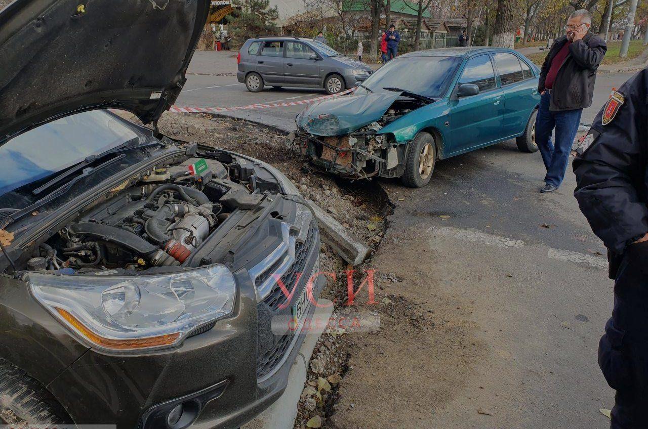 На Глушко столкнулись два автомобиля, есть пострадавшие (фото) «фото»