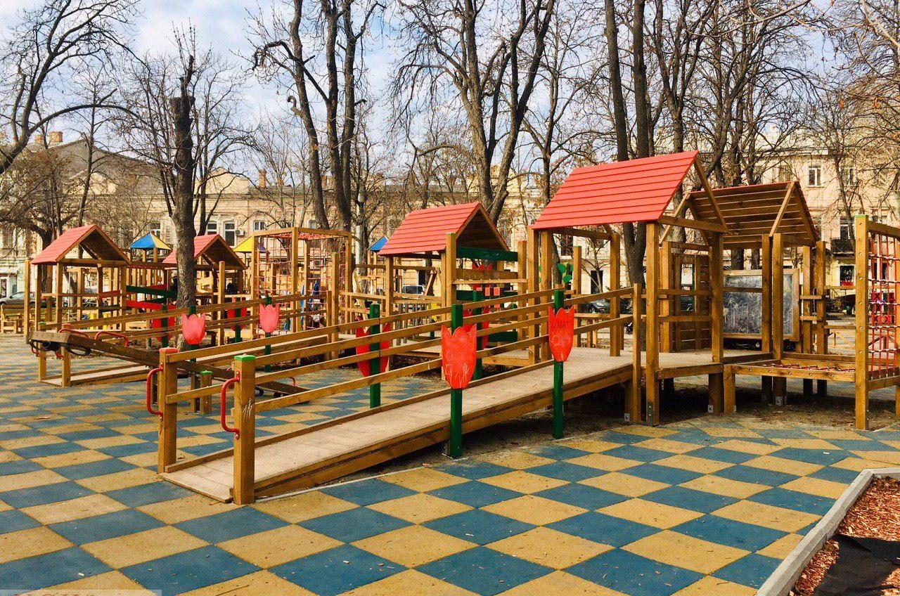 Качели на Соборной площади, где травмировались дети: что изменилось месяц спустя (фото, обновлено) «фото»