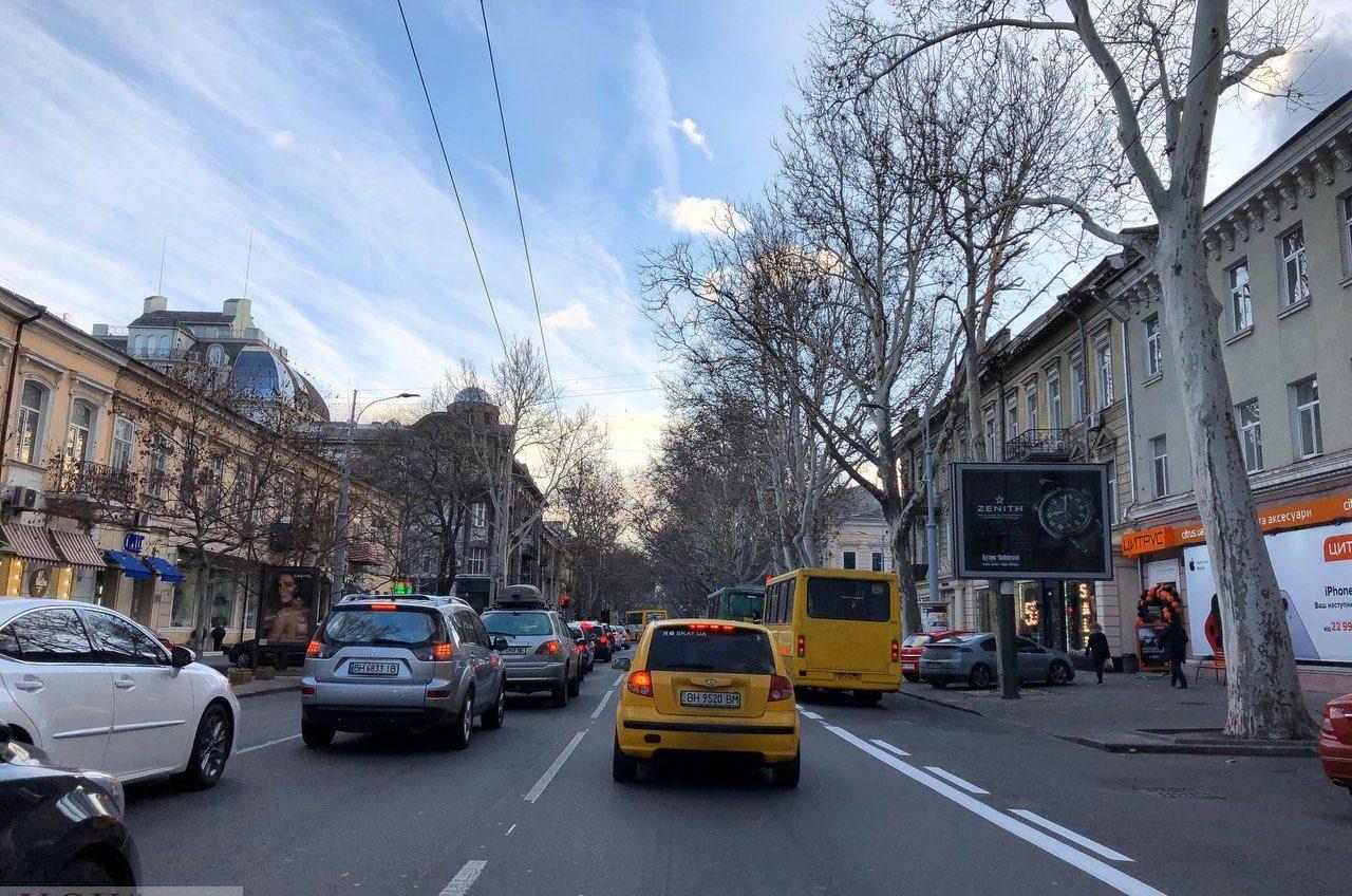 На Ришельевской «подправили» дорожную разметку: теперь можно парковаться и поворачивать направо (фото) «фото»