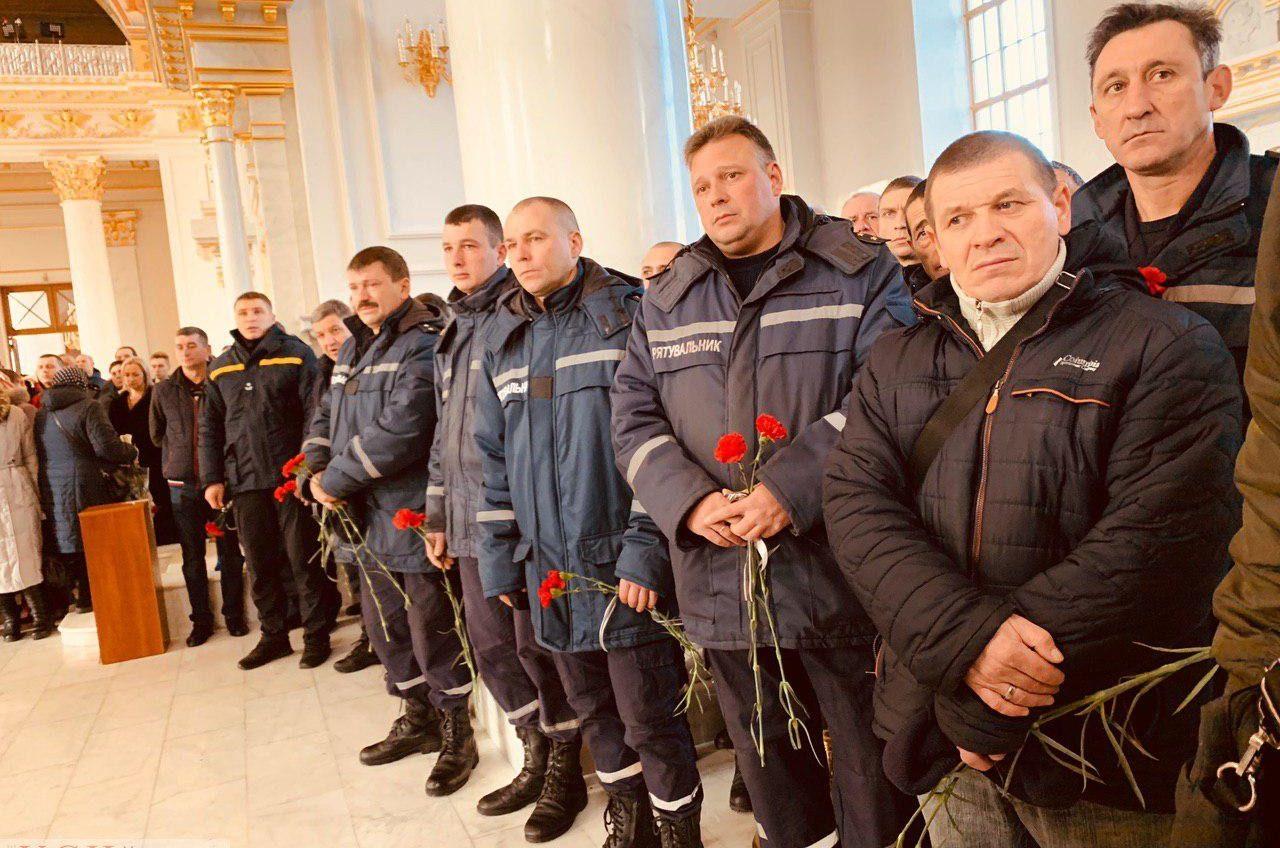 Плакали все: в Спасо-Преображенском соборе попрощались с пожарным, погибшим на трагическом пожаре (фото) «фото»