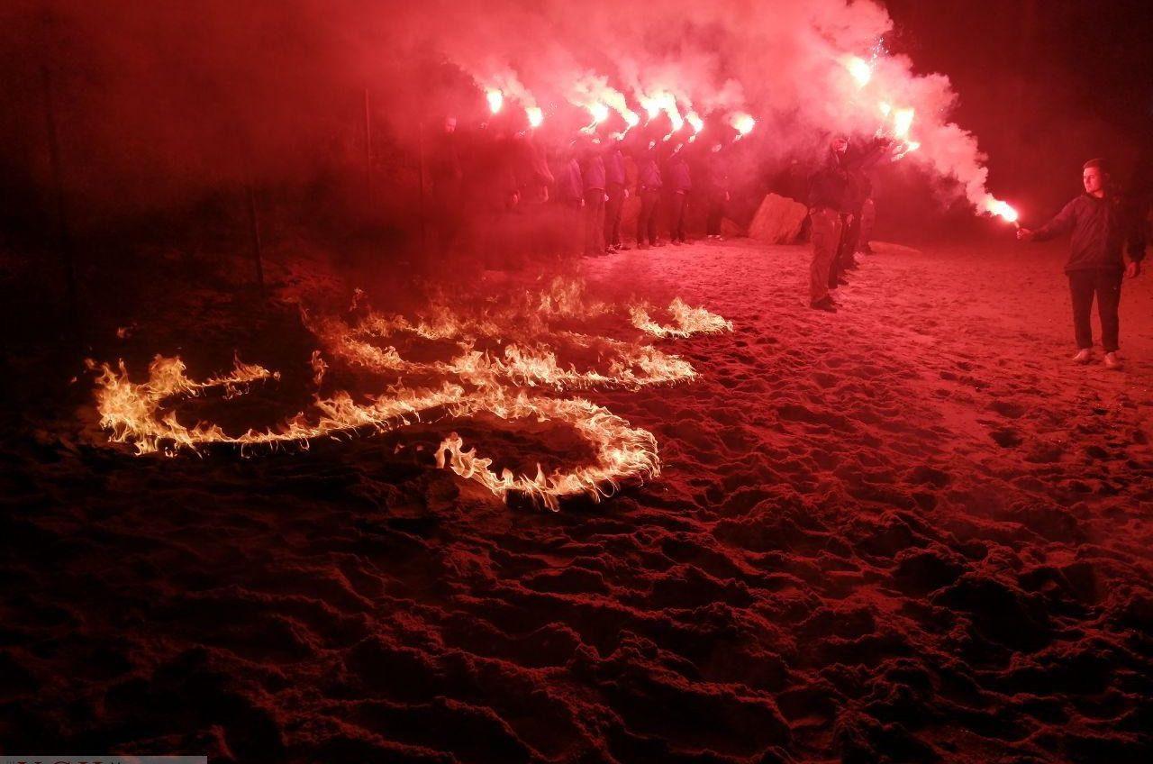В Одессе активисты зажгли огни в форме букв «SOS» на пляже, который пытаются застроить, и записали обращение к президенту (фото, видео) «фото»