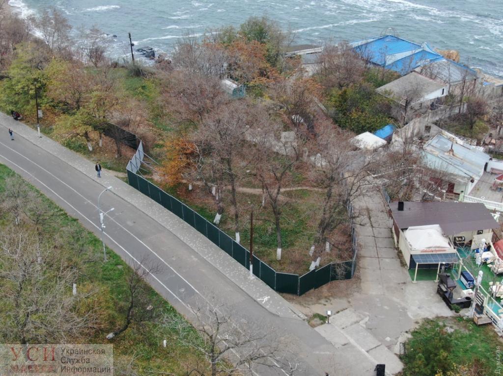 Прокуратура: суд арестовал земельный участок и запретил стройку на Французском бульваре, где активисты недавно сносили забор «фото»