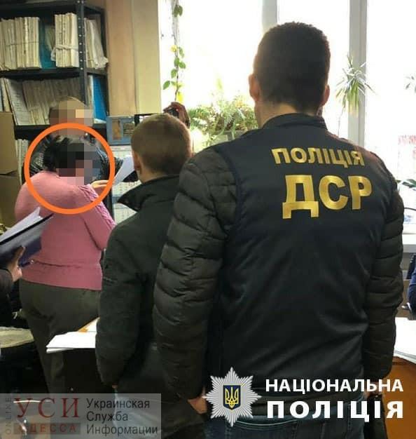 На взятке задержали чиновницу коммунсобственности горсовета, которая брала деньги за продление срока аренды (фото) «фото»
