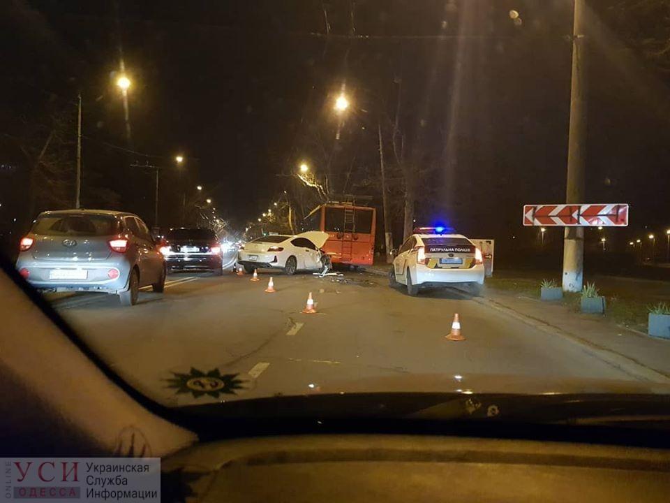 В Одессе автомобиль врезался в троллейбус (фото) «фото»