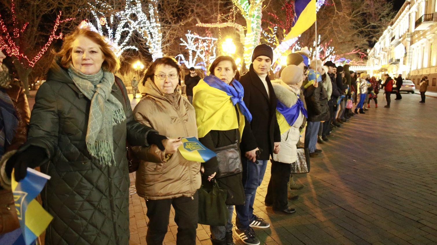 Цветы к памятнику Кобзарю, молитвы и пожелания Украине: как в Одессе отметили День соборности (фоторепортаж, видео) «фото»