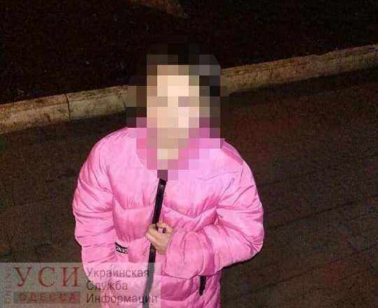 Заигралась допоздна: патрульные вернули домой 10-летнюю девочку «фото»