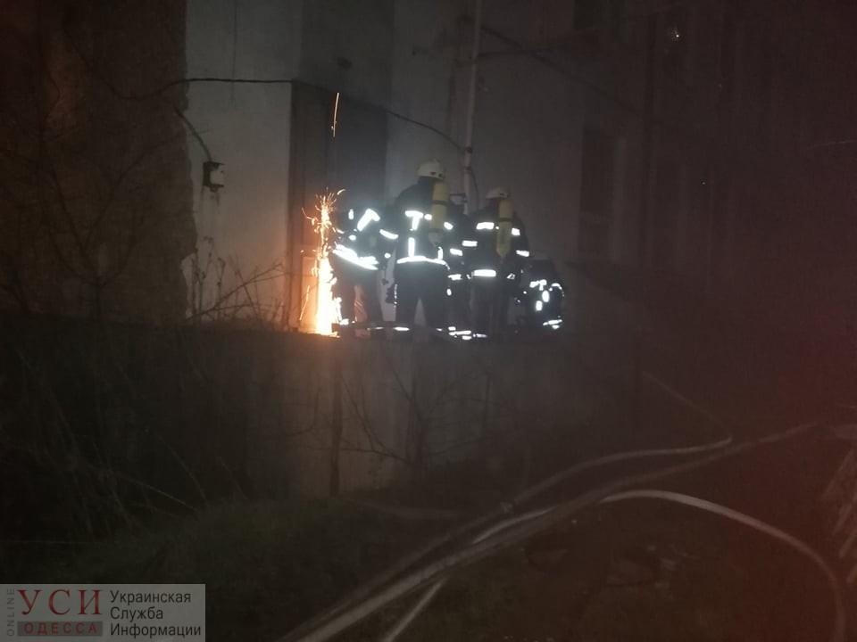 Перед Новым годом спасатели срезали двери, чтобы потушить пожар в заброшенном доме в центре Одессы (фото) «фото»