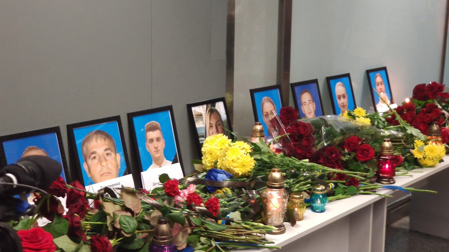 В аэропорту Борисполь работники авиалиний приносят цветы в память о погибших коллегах (фото) «фото»
