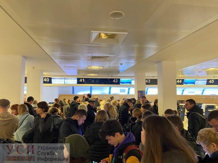 Одесситы осаждают аэропорт Неаполя: они уже двое суток не могут вылететь из Италии (фото) ОБНОВЛЕНО «фото»